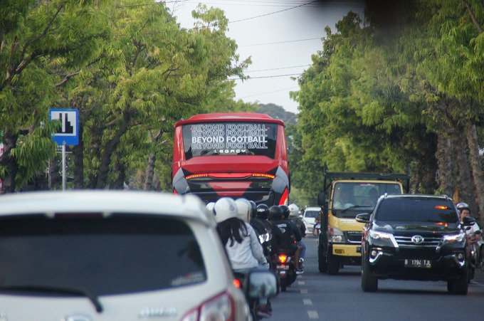 バリユナイテッドの選手を載せたバス
