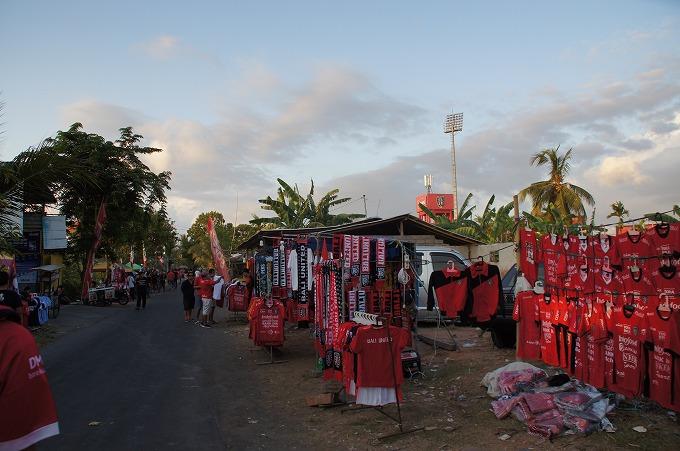 スタジアム周辺で非公式ユニを売る露店