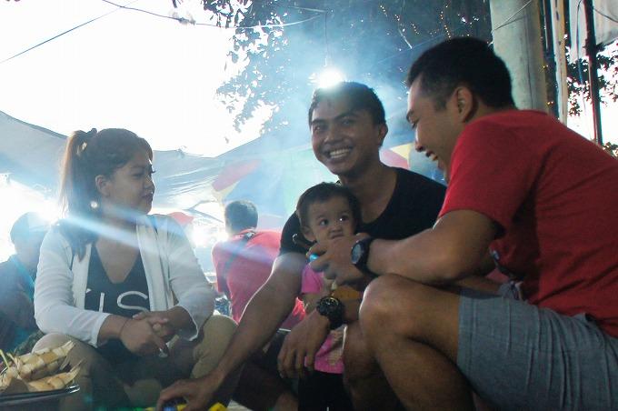屋台で試合前にご飯を食べる家族