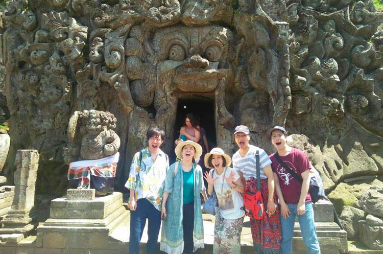 ゴアガジャ遺跡で記念撮影をするバリ姫のツアーに参加のお客様