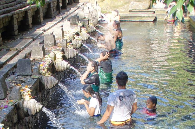 ティルタエンプル寺院で沐浴をするローカルと観光客
