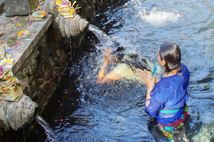 ティルタエンプルで沐浴をするバリの女性